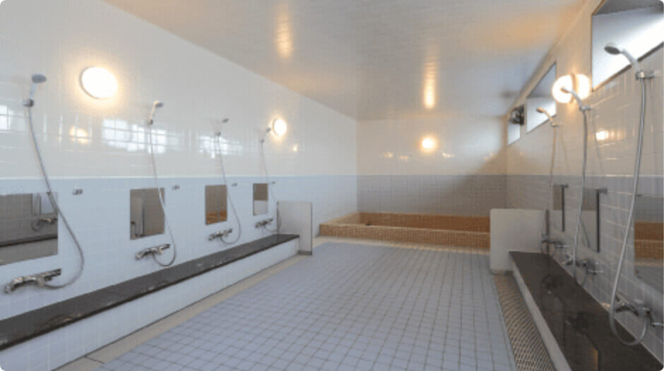 タイル張りの浴槽風呂と天然の木でできた檜風呂