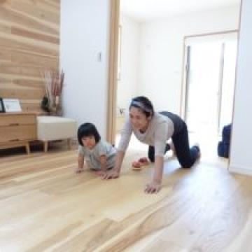 無垢の床がとっても気持ちいいんです!
